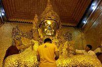 Patung Buddha Mahamuni tingginya 4 meter dari perunggu 6,5 ton, berlapis emas setebal 15 cm dan juga ditaburi dengan berlian, rubi, dan safir. Sungguh mewah! (Kris Fathoni/detikTravel)