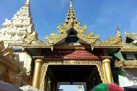 Di Mandalay, yang terkenal adalah Pagoda Mahamuni. Yang paling mencuri perhatian di pagoda ini adalah patung Buddha Mahamuni yang berbalur emas (Kris Fathoni/detikTravel)