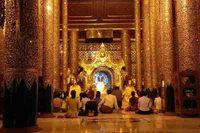 Umat Buddha berdoa di Pagoda Shwedagon. Pagoda Shwedagon bertaburkan emas dan batu berharga lainnya. Tak kurang dari 5 ribu berlian dan 2 ribu rubi menghiasi pagoda tersebut. Luar biasa! (Kris Fathoni/detikTravel)