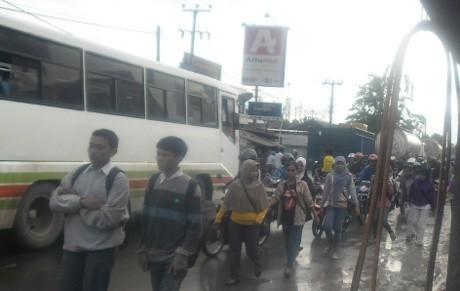 Tol Merak Banjir, Pekerja di Serang \Long March\ ke Tangerang