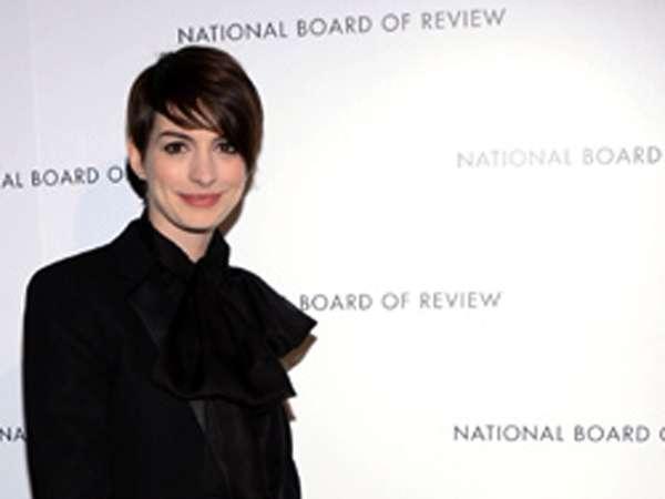 Gaya Maskulin Tapi Feminin Anne Hathaway