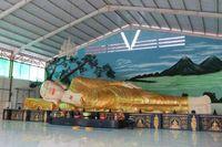 Patung Buddha tidur raksasa ini panjangnya 18 meter dengan tinggi 3 meter! Sungguh tidak menyangka ada patung Buddha tidur sebesar ini tidak jauh dari Jakarta (Fitraya/detikTravel)