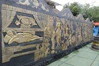 Relief yang menggambarkan kisah hidup Sang Buddha. Sudah ada rombongan wisatawan lokal dari sekolah-sekolah di Jakarta dan Tangerang, juga ada beberapa turis asing yang datang ke tempat ini (Fitraya/detikTravel)