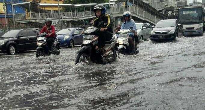 Banjir di Depan Mangga Dua Square & WTC Mangga Dua Masih 50 Cm