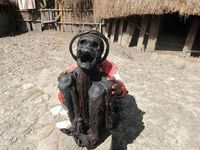 Tidak seperti mumi di Mesir yang diperban, mumi Papua diawetkan dengan cara dijemur dan diasap. Posisinya pun tidak tidur seperti mumi di Mesir, tapi duduk dan menatap ke langit. Mulutnya terlihat menganga dengan kedua tangan memegang masing-masing kedua lututnya (Afif/detikTravel)