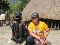 etelah membayar, wisatawan dapat berfoto sepuasnya dengan mumi Papua ini. Anda pun tidak diharuskan memakai kain, atau melakukan ritual apa pun untuk melihat mumi ini dari dekat (Afif/detikTravel)