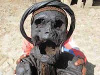 Mumi ini memiliki badan yang terlihat kecil. Oleh sebab itu, salah satu dari warga sekitar harus memegang mumi ini dari belakang supaya terlihat jelas. Anda berani memegangnya? (Afif/detikTravel)