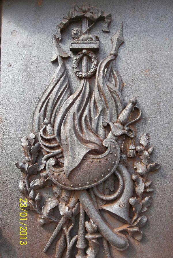 Simbol Yang Ada Pada Makam Tentara Belanda. Simbol ini menunjukkan bahwa seseorang yang dimakamkan berasal dari kalangan militer