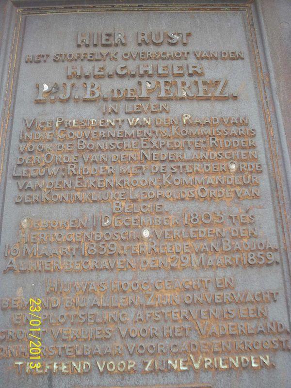 Keterangan lengkap tentang orang yang ,meninggal. Rata-rata makam ini sudah berusia ratusan tahun. Terlihat dari angka yang terpahat di makam tersebut.