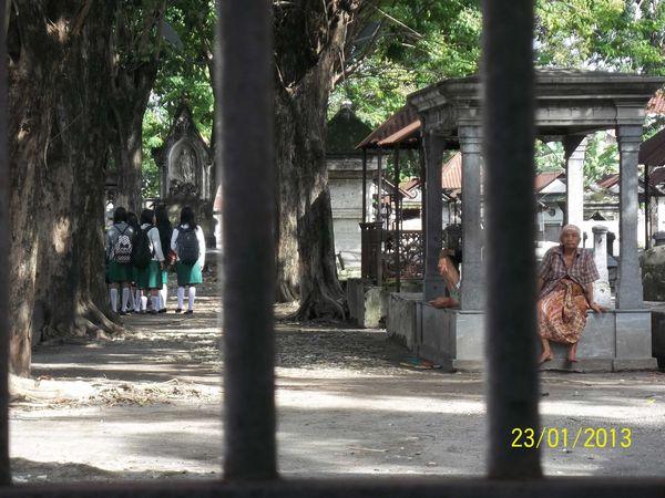 Makam tua Belanda di Peneleh Surabaya sepintas menyeramkam namun banyak wisatawan berkunjung ke sana. Termasuk anak-anak sekolah ini. Entah apa yang dikerjakan mereka. Sekedar berfoto bersama atau yang lain. Ada orang tua juga meminta sedekah dari pengunjung yang datang