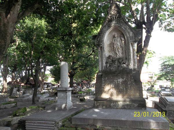Ada juga makam Belanda dengan ornamen patung Yesus Kristus