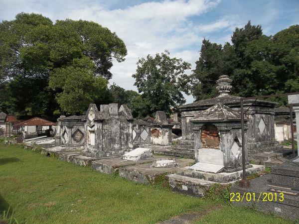 Makam Belanda berusia ratusan tahun ini dengan pepohonan rindang di sekitarnya. Sebagian orang telah menjarah isinya untuk mengambil harta benda yang juga ikut terkubur. Makam tua Belanda di Peneleh menjadi objek wisata apik Kota Pahlawan ini