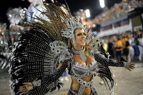 Wanita Seksi Adu Goyang Samba dalam Karnaval di Brazil
