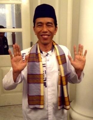 Diiringi Hujan Deras, Jokowi Resmikan Bus TransJ Koridor XII