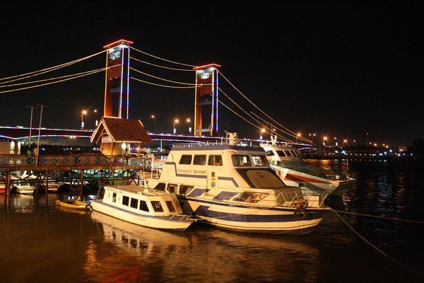 Jejeran kapal menambah semarak Jembatan Ampera
