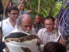 Diangkut Mobil Tahanan, Anand Krishna Tiba di Lapas Cipinang