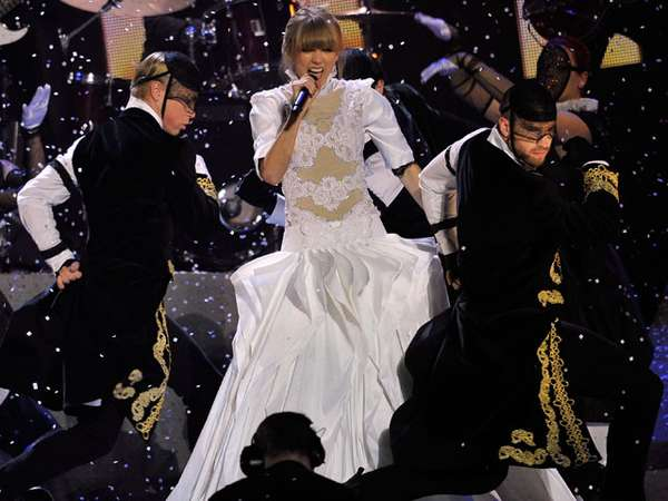 Taylor Swift & Harry One Direction Tampil Sepanggung