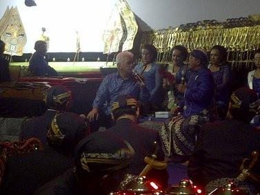 Hatta Didaulat Naik Panggung Dalam Pagelaran Wayang Kulit di Borobudur
