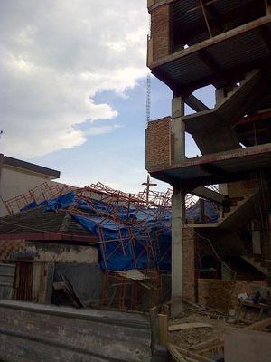 Scaffolding Ambruk Timpa Rumah dan Mobil di Medan
