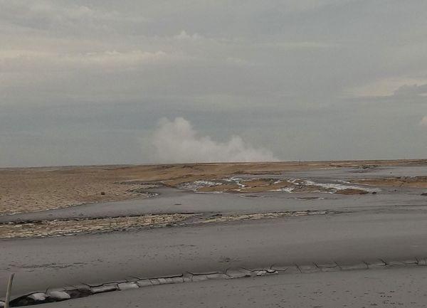 Semburan Lumpur Panas Sidoarjo mengeluarkan bau kurang sedap yang khas. Foto diambil dari lokasi yang terdekat dengan pusat semburan.