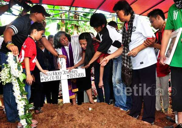 Suasana Duka di Pemakaman Ricky Jo
