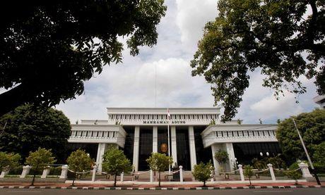 YOUTUBE KRONOLOGIS KEBAKARAN GEDUNG MA 2013 Foto Keadaan Ruang Hakim MA Yang Terbakar