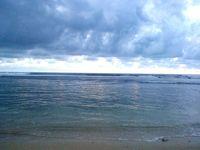 Gulungan ombak yang menghempas tenang lembaran pasir putih. Siapa yang tak jatuh cinta melihat pemandangan seperti ini? (Herni/detikTravel)