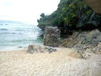 Di sisi kanan pantai, ada tebing dan batu besar. Di sekelilingnya, terhampar pasir putih yang lembut (Herni/detikTravel)