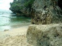 Beningnya air pantai membuat wisatawan tak tahan untuk segera bermain di sana. Seringnya, mereka lupa waktu saat berlibur di sana (Herni/detikTravel)