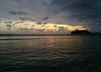 Menunggu sunset, namun sayang matahari tak juga menampakkan wajahnya. Meski begitu, pemandangan di sana tetap indah (Herni/detikTravel)