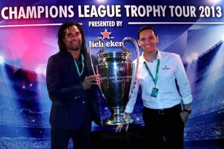 Foto Bareng Trofi Liga Champions, Yuk