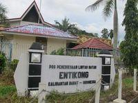 Desa Entikong di Kecamatan Entikong, Kabupaten Sanggau, Kalimantan Barat, adalah perbatasan yang masih merupakan wilayah Indonesia. Di sini terdapat gerbang perbatasan Indonesia-Malaysia yang buka sejak pukul 07.00-17.00 WIB. (Sastri/ detikTravel)