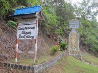 Gerbang masuk Desa Entikong. Hanya ada 1 jalan raya di desa ini. Jarak antara gerbang desa sampai gedung perbatasan sekitar 5 Km. (Sastri/ detikTravel)