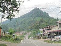 Beginilah jalan raya yang mulus di Desa Entikong. Masuk gerbang desa sampai ke perbatasan, pemukiman warga berjejer di kiri-kanan jalan. Ada juga beberapa jalan kecil yang terhubung ke kampung-kampung. (Sastri/ detikTravel)
