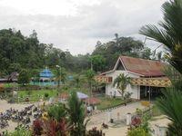 Inilah bangunan perbatasan Indonesia-Malaysia. Di sini, kendaraan berplat nomor Indonesia dan Malaysia lalu-lalang. Karena terletak di kontur lembah, wisatawan bisa menikmati atmosfer setempat dari Tugu Pancasila yang berada di atas bukit. (Sastri/ detikTravel)