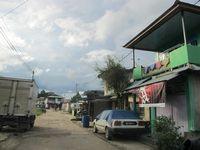 Inilah salah satu jalan kampung di Entikong. Mayoritas warga berdagang atau membuka toko. Aktivitas warga berjalan seperti biasa: ekonomi, pendidikan, keamanan, olahraga, serta jual-beli di pasar tradisional. (Sastri/ detikTravel)