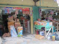 Salah satu toko yang menjual bahan pangan. Banyak produk Malaysia yang masuk Entikong, seperti beras, air mineral, dan gula pasir. Mirisnya, dengan kualitas yang sama, harga bahan-bahan pangan ini lebih murah dibanding keluaran Indonesia. (Sastri/ detikTravel)