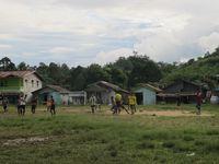 Warga Entikong yang bermain bola di salah satu lapangan kampung. Mereka biasa bermain bola saat pagi atau sore hari, karena sengatan matahari siang sangat terik di sini. (Sastri/ detikTravel)