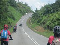 Tebedu adalah perbatasan yang masuk wilayah Malaysia. Jalanannya lebih mulus, tak ada pemukiman di kiri-kanan jalan, dengan jalanan yang lebih berkontur. Inilah para peserta Women Across Borneo yang sedang bersepeda menuju Kuching. (Sastri/ detikTravel)