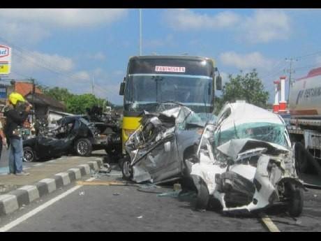 Rem Blong, Bus Tabrak 3 Mobil Hingga Ringsek di Boyolali
