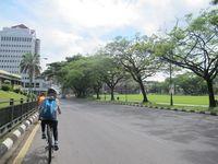 Karena jalan yang besar dan bersih, bersepeda keliling Kota Kuching pun menjadi nyaman. Tim ekspedisi Women Across Borneo pada Sabtu (12/4/2013) menghabiskan waktu 3 jam untuk bersepeda keliling kota (Sastri/ detikTravel)