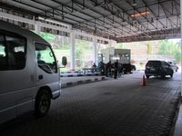 Tiap kendaraan yang melintas diperiksa surat-suratnya. Para petugas perbatasan juga akan melongok isi kendaraan, mayoritas berplat KB (Kalimantan Barat) atau plat nomor Malaysia (Sastri/ detikTravel)