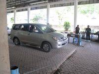 Mobil pribadi, bus, angkutan travel antar kota, sampai truk muatan akan diberhentikan untuk diperiksa sebelum lanjut ke Tebedu di wilayah Malaysia (Sastri/ detikTravel)