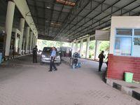 Seperti inilah perbatasan Indonesia-Malaysia. Meski bangunannya tergolong kecil, kompleksnya cukup luas. Kantor perbatasan buka setiap hari mulai pukul 07.00-17.00 WIB (Sastri/ detikTravel)
