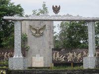 Monumen yang berdiri sebelum area pemakaman punya relief yang menceritakan kekejaman tentara Jepang. Mereka menyiksa pribumi dengan berbagai cara, mulai dari memasukkan selang air ke mulut sampai pemenggalan kepala (Sastri/ detikTravel)