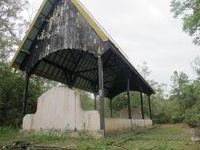 Salah satu kuburan massal, yakni nomor 9, punya ukiran kayu khas Dayak. Ini adalah kuburan tempat dimakamkannya Sultan Pontianak, salah satu korban kekejaman tentara Jepang (Sastri/ detikTravel)