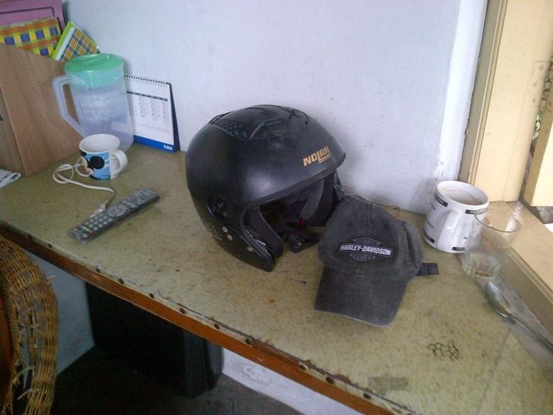 Ini Helm & Topi Harley Davidson Uje di Pos Satpam Pondok Indah