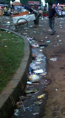 Massa Buruh Tinggalkan Sampah, Jokowi: Mestinya yang Demo Nyapu Jalan