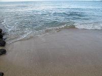 Pasir putih bersih dan air yang jernih jadi keunggulan pantai ini. Anda bisa puas bermain di sini seharian (Shafa/detikTravel)
