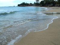 Pantainya sedikit menjorok ke daratan dan bibir pantainya pun cukup lebar. Sungguh surga tersendiri bagi mereka yang gemar bermain di pantai (Shafa/detikTravel)